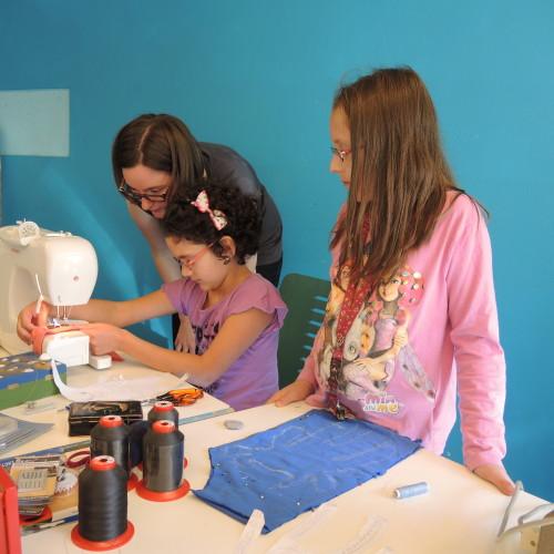 Beim 4. ReparaturCafé durften durften Kinder eigene Monsterpuppen nähen!