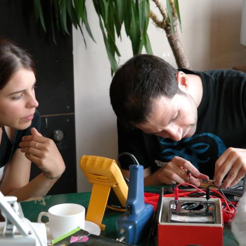 Bei der Elektronikwerkstatt werden kaputte Elektronikteile repariert.