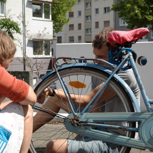 Am Fahrrad wird der hintere Reifen repariert.