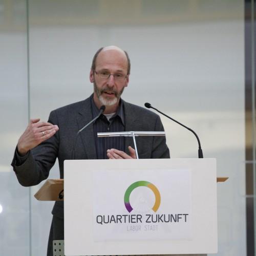 Bürgermeister Klaus Stapf heißt herzlich willkommen zur Bürgerversammlung.  © Karlsruher Institut für Technologie (KIT)