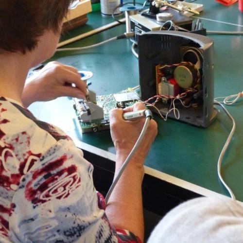 Löten, wiederverwenden und glücklich nach Hause gehen - unsere Reparateure geben ihr Bestes! ReparaturCafé in Karlsruhe © KIT