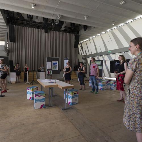 Bei der offiziellen Eröffnung am 01. Juli 2015 begrüßten der Projektleiter Oliver Parodi und Ausstellungskoordinatorin Alexandra Quint die ersten BesucherInnen. © Karlsruher Institut für Technologie