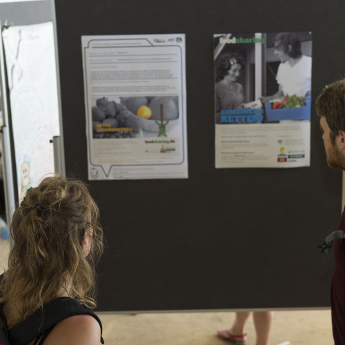 Eine Besucherin schaut sich interessiert die Beiträge an. © Karlsruher Institut für Technologie