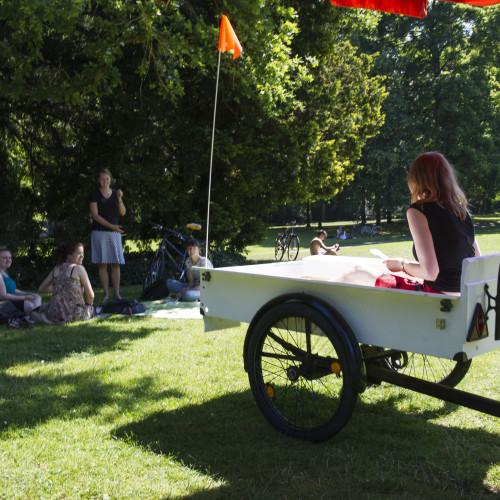 Damit auch die SchloßparkbesucherInnen von der Ausstellung erfahren, ist das Ausstellungsteam mit dem Quartier Zukunft Mobil durch den Park gefahren und hat Informationen verteilt. © Karlsruher Institut für Technologie
