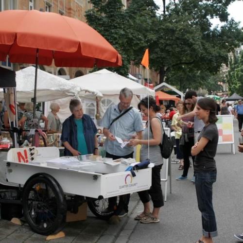 Im Sommer 2014 war das Quartier Zukunft mit einem Infostand beim Oststadt Straßenfest vertreten. Auf einem umgebauten Rad konnten die Besucherinnen kräftig in die Pedale treten und so selbst elektrische Energie produzieren.