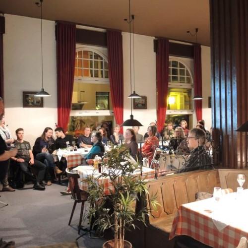 Sich (fast) ausschließlich regional ernähren? Wie das funktioniert, erzählten uns Carola und Martin Thordsen aus Karlsruhe am 04. November 2014 unter dem Titel: Da haben wir den Salat: Regionale Ernährung in Karlsruhe ist möglich! lebhaft im Pizzahaus in der Karlsruher Oststadt.