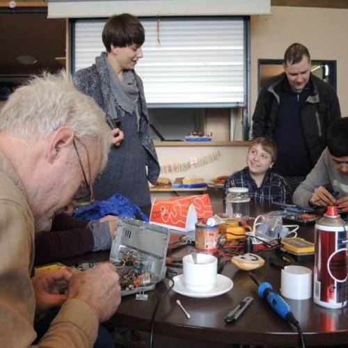 Gut ein Jahr war vergangen, als das inzwischen fünfte ReparaturCafé in Karlsruhe am 21. Februar 2015 stattfand. Das ReparaturCafé ist inzwischen – auch dank anhaltendem Engagement der ehrenamtlich Beteiligten – als festes Format in der Oststadt verankert.