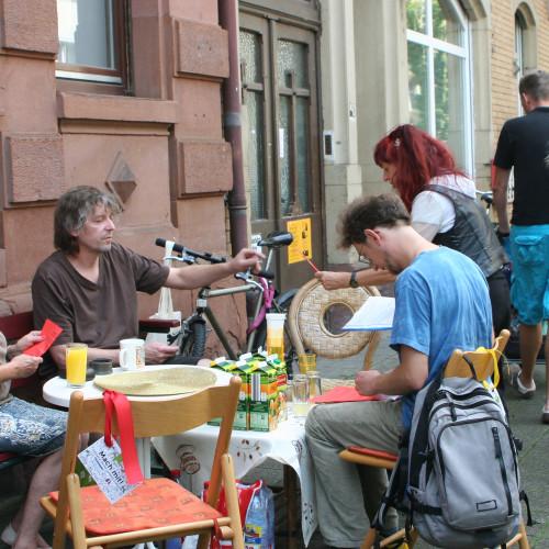 OststädterInnen belebten den öffentlichen Raum vor Ihrer Wohnung oder Ihrem Haus mit einem Freiluftwohnzimmer. Die Aktion fand am 12. Juli 2014 in den Straßen und auf den Plätzen der Oststadt statt.